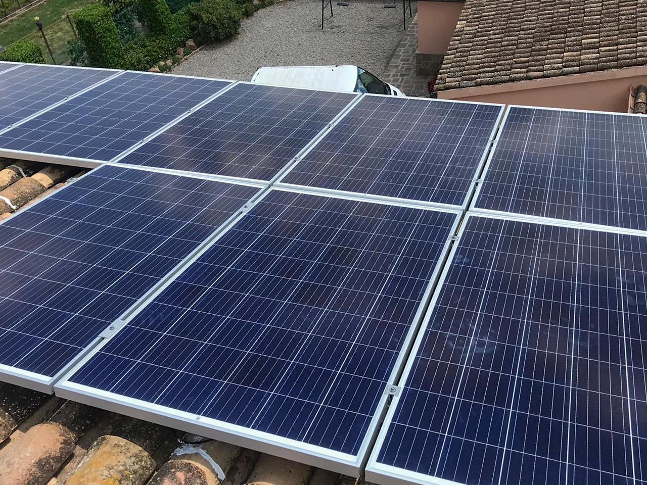 Instal·lació solar fotovoltaica domèstica sobre teulada