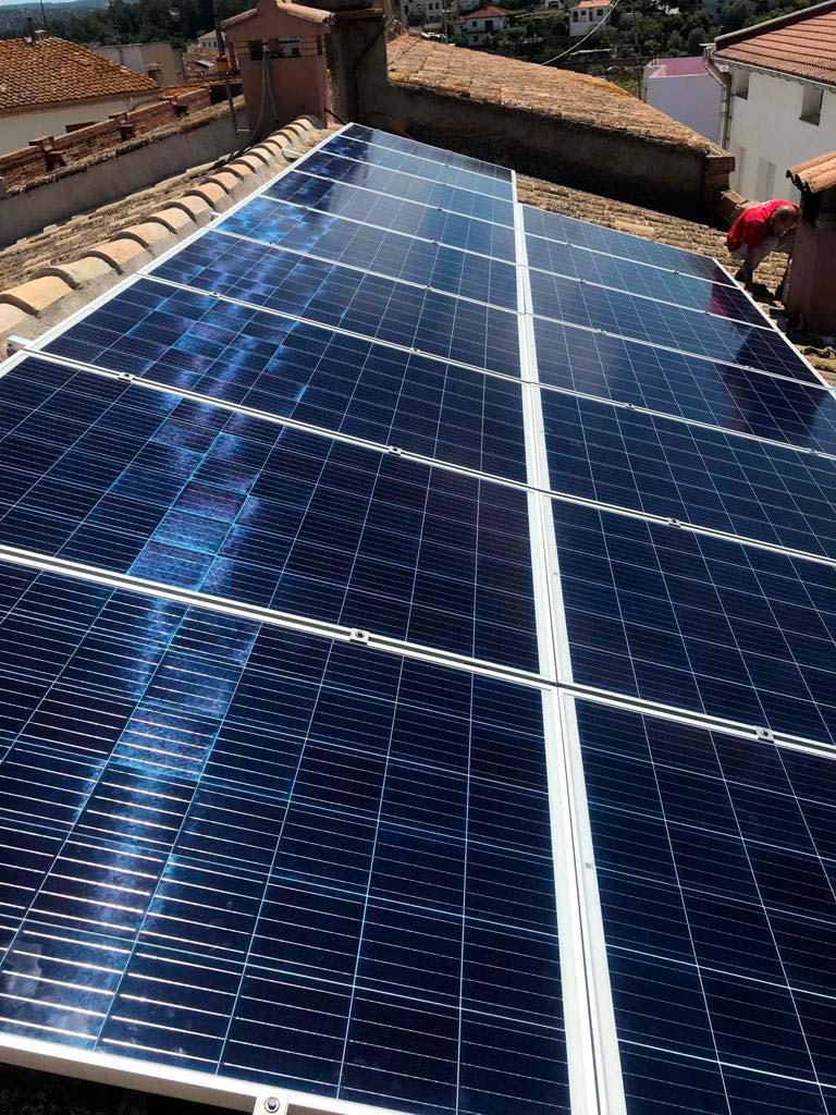 Instal·lació de 16 plaques fotovoltaiques